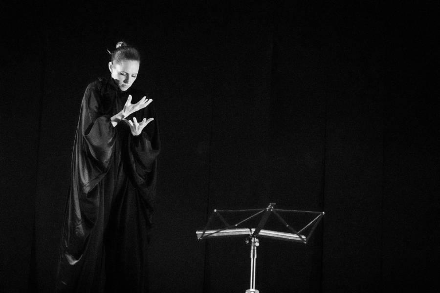 Kassandra Wedel in die dada gebärdet ein Gedicht