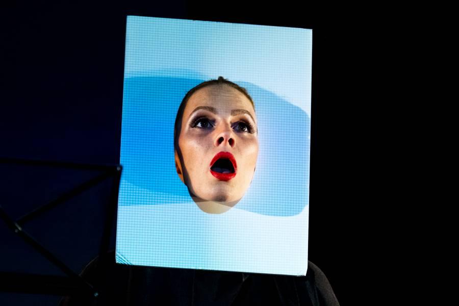 Kassandra Wedel in die dada ist das Papier des visuellen Lippengedichts