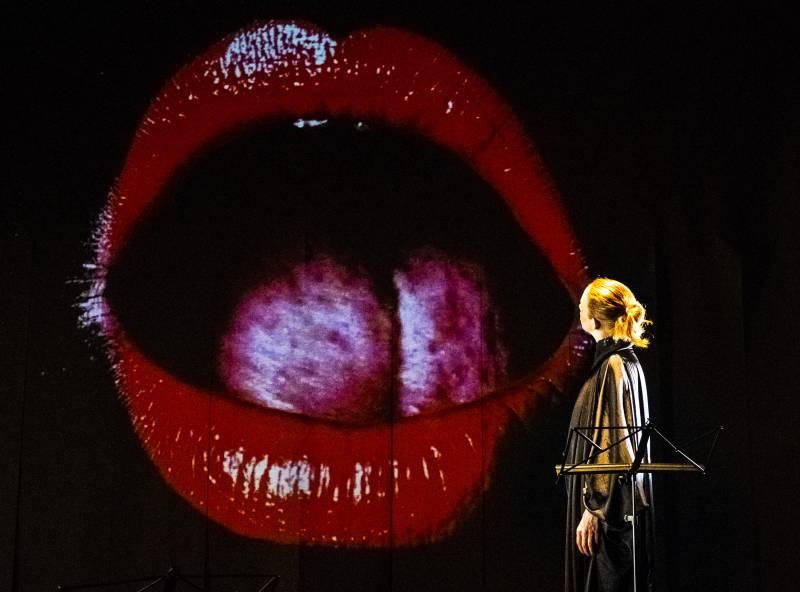 Kassandra Wedel in die dada wendet sich zum Mund