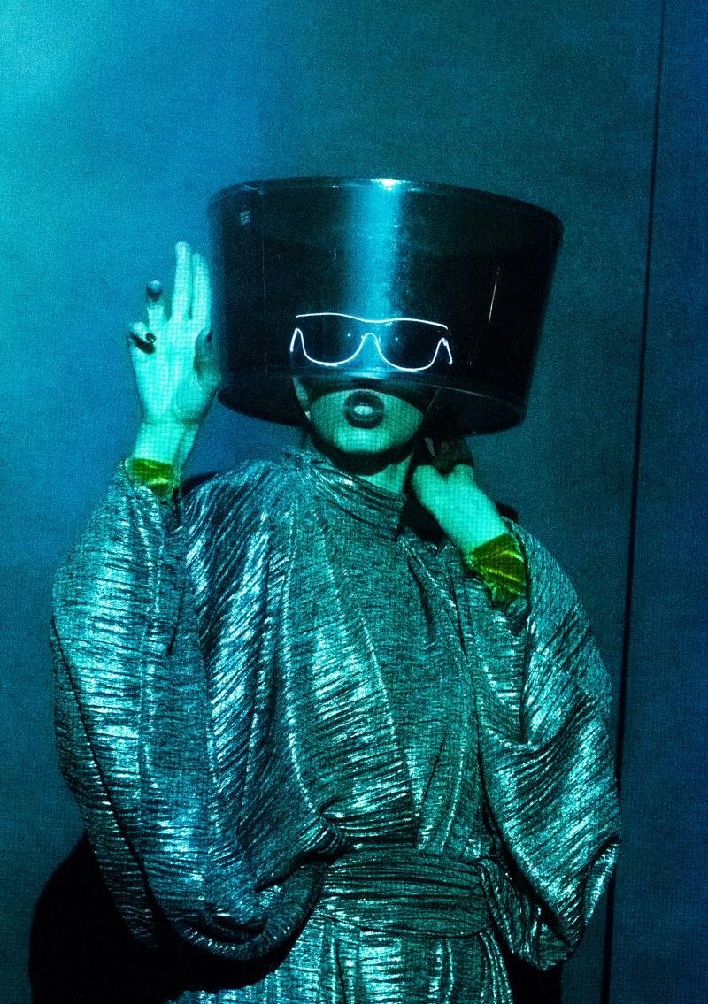Kassandra Wedel in die dada als Lady Dada vergleidet tanzt ein Gedicht in Zeichensprache